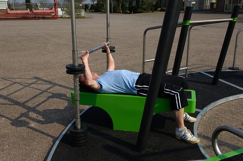 Fitness extérieur, développé avec poids