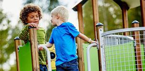 Enfants sur place de jeu Hags