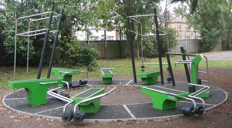 Des stations de fitness avec poids