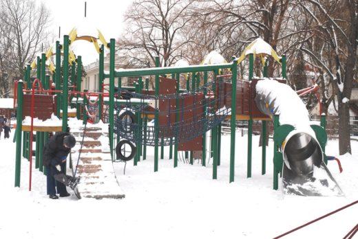 Places de jeu en hiver sous la neige