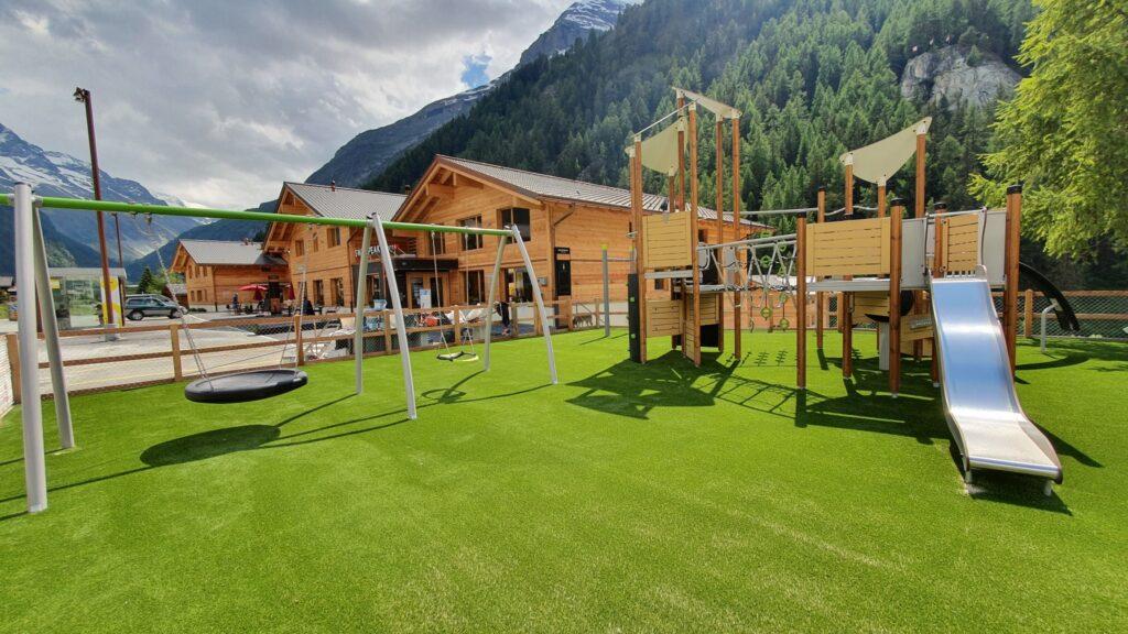 Place de jeu avec bâtiments SwissPeak