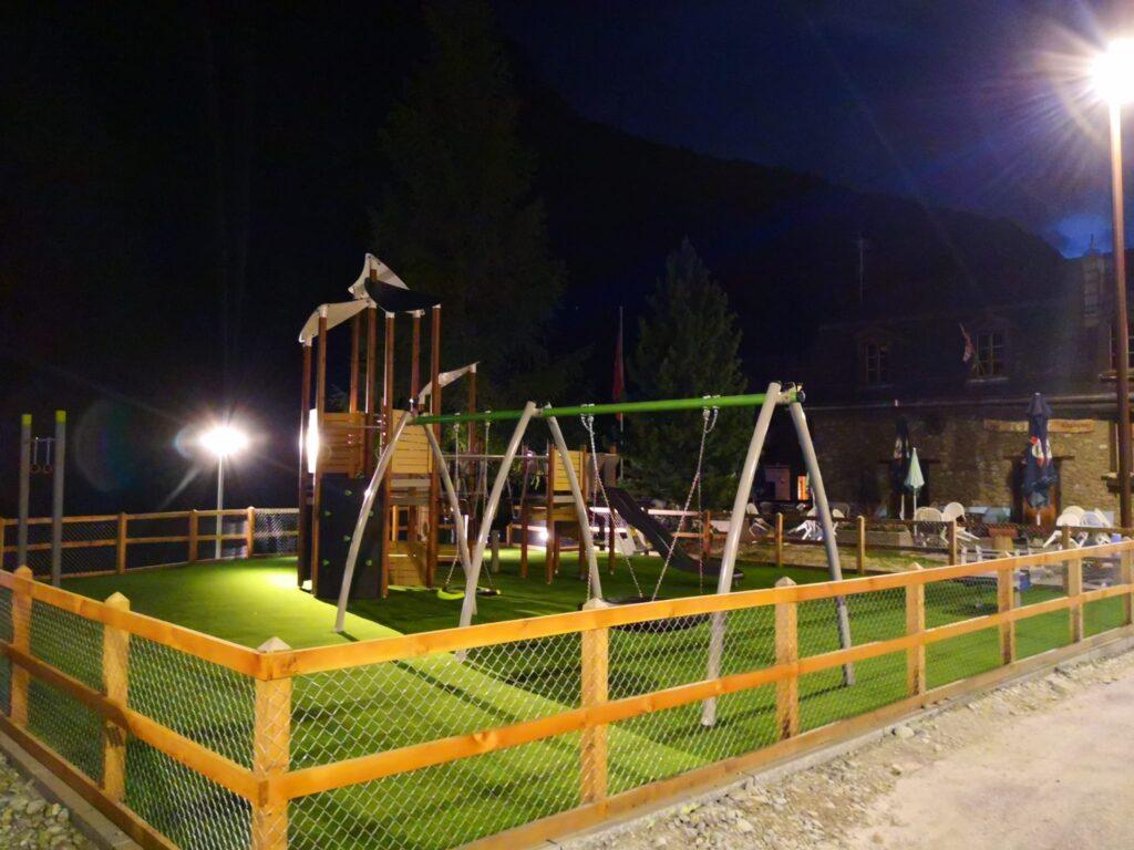 Place de jeux à Zinal de nuit