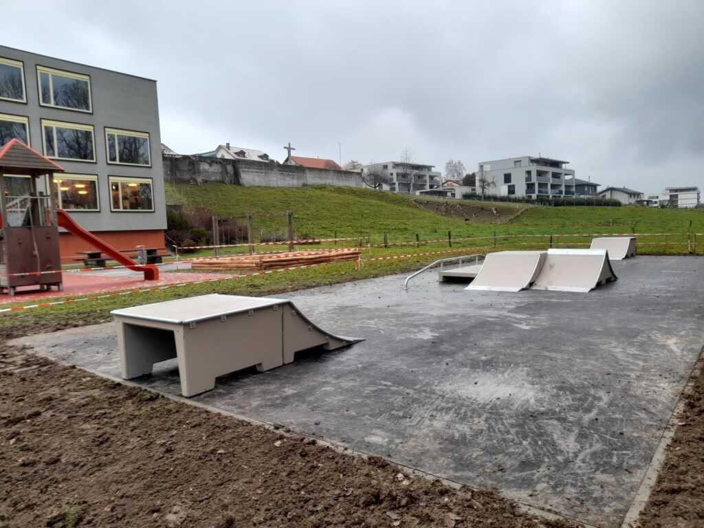 Skatepark en béton installé
