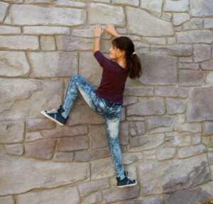 Enfant qui escalade sur paroi rocheuse